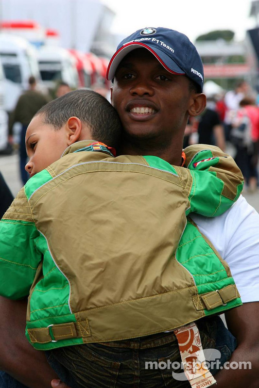 Samuel Eto'o, joueur du FC Barcelone, avec son fils