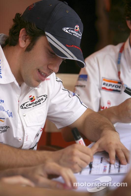 Felix Porteiro signe des autographes