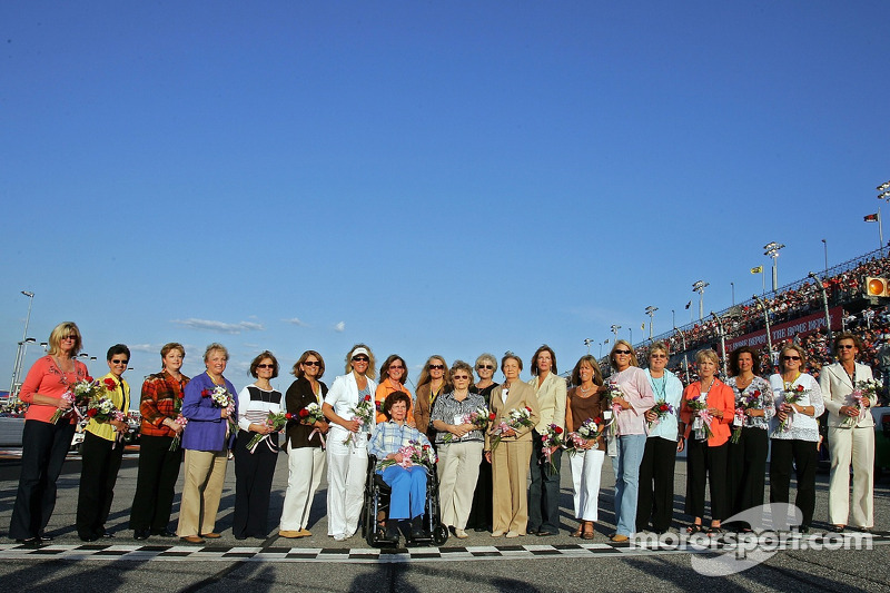 Les mamans des pilotes de la NASCAR NEXTEL Cup Series posent au Darlington Raceway devant le Dodge Charger 500