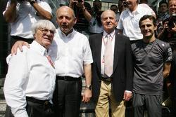 Bernie Ecclestone, Ron Dennis, el rey de España Juan Carlos y Pedro de la Rosa