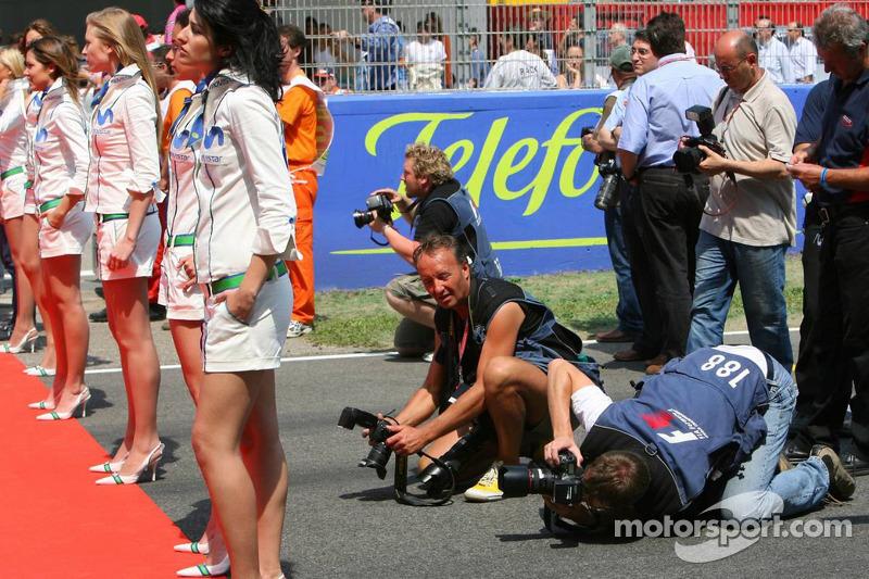 Des photographes et des jeunes femmes Movistar
