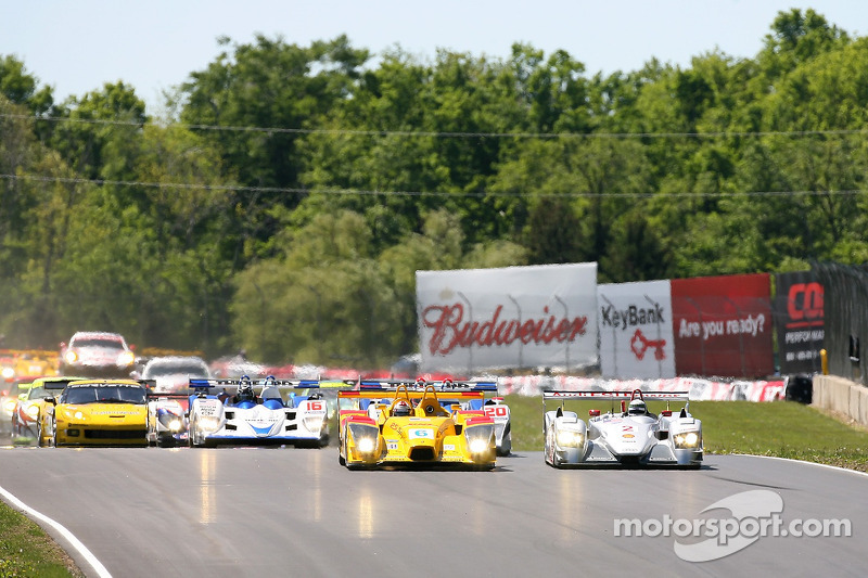 Départ: bataille pour la première place entre #6 Penske Motorsports Porsche RS Spyder: Sascha Maasse