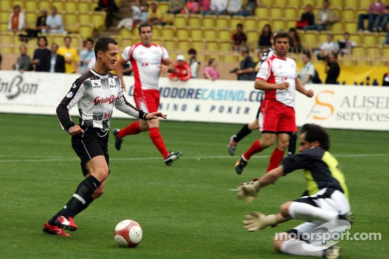 Match de football de charité: Michael Schumacher contre le gardien Jean-Luc Ettori