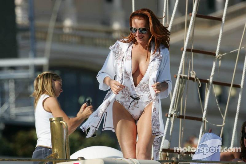 Des jeunes femmes sur un bateau du port de Monaco