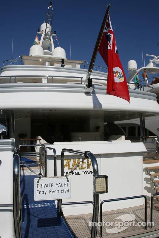Un yacht privé au port