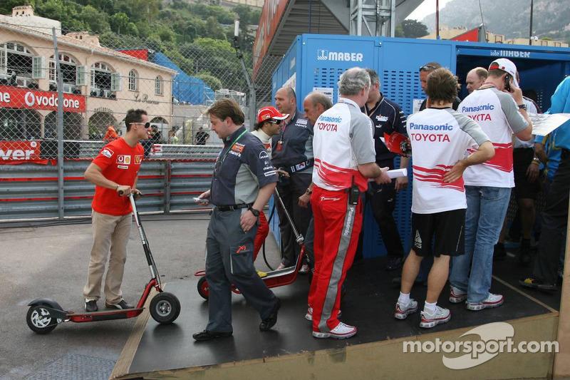 Les pilotes attendent d'aller dans le paddock: Michael Schumacher, Fernando Alonso et Ralf Schumacher