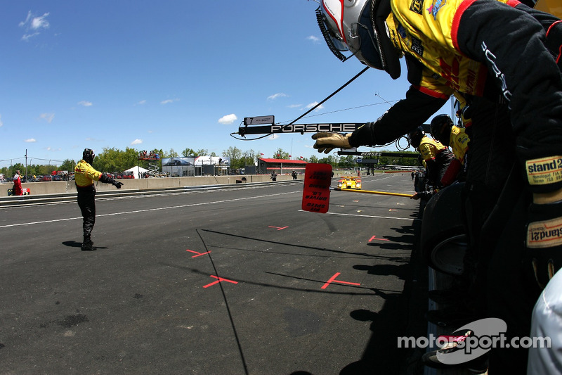 Arrêt au stand pour #7 Penske Motorsports Porsche RS Spyder: Timo Bernhard, Romain Dumas