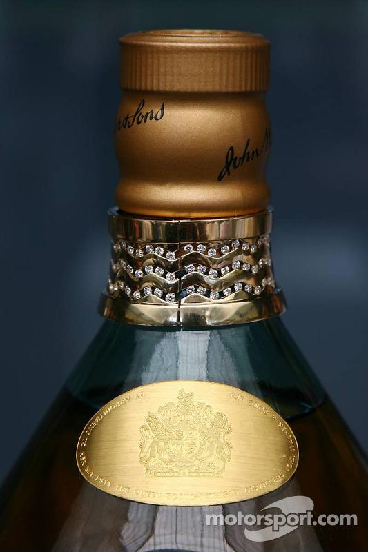 Johnnie Walker fête ses 40 ans chez Mclaren, avec un Magnum spécial de Johnnie Walker Blue Label
