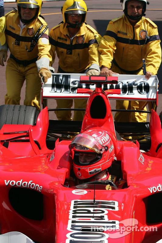 Michael Schumacher poussé dans le parc fermé