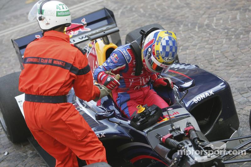 Nicolas Lapierre est aidé sur sa voiture