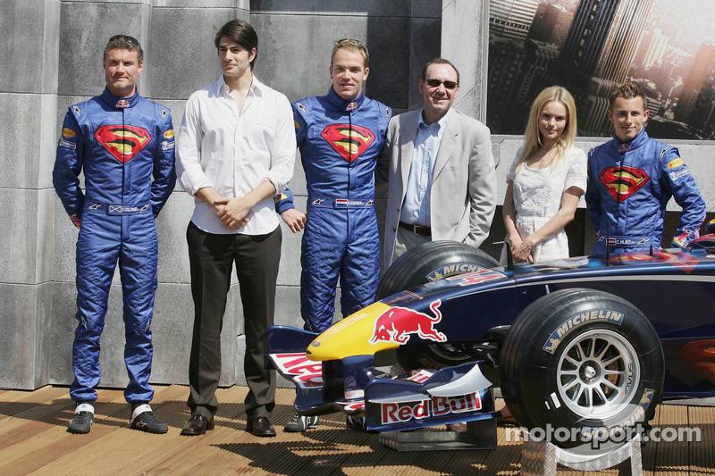 Pilotos de Red Bull Racing con actores Brandon Ruth, Kate Bosworth, Kevin Spacey