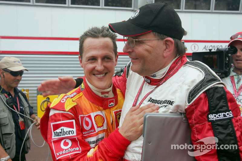 Michael Schumacher avec Kees van de Grint, l'ingénieur pneumatique de Bridgestone