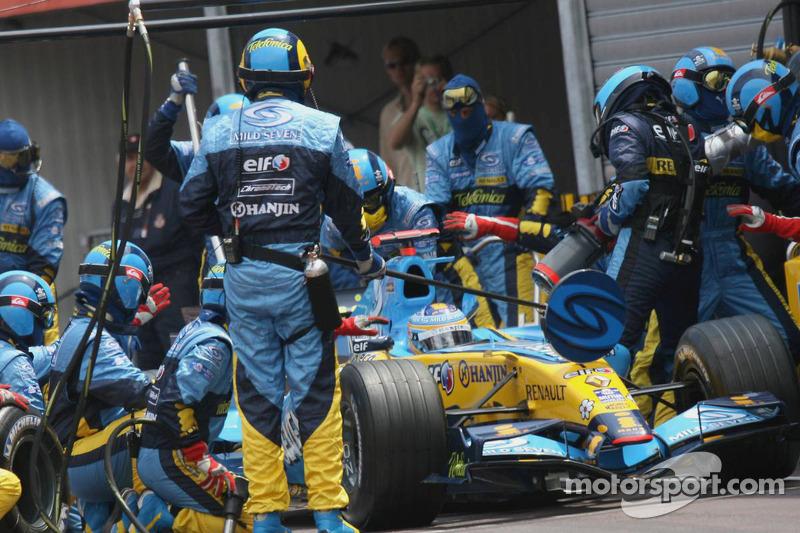 Fernando Alonso fait un arrêt au stand