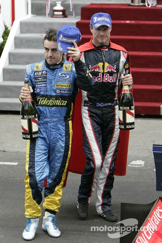 Na comemoração após a prova, David Coulthard tinha um adereço pouco comum
