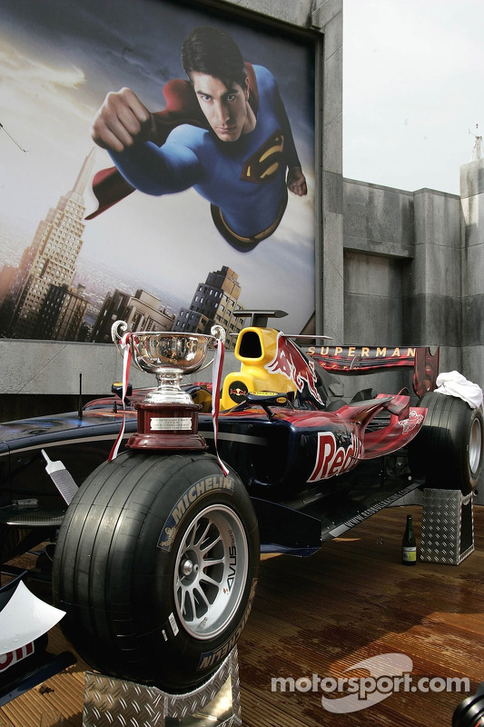 Le trophée de David Coulthard sur sa voiture