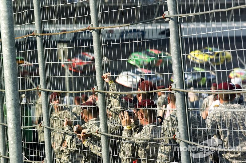 Les troupes regardent le départ de la course