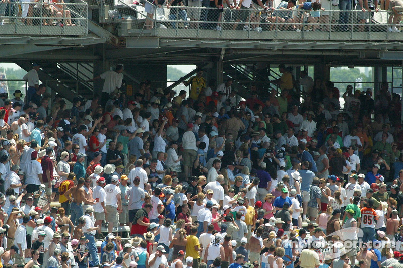 La foule appelle à l'aide après Thomas Scheckter
