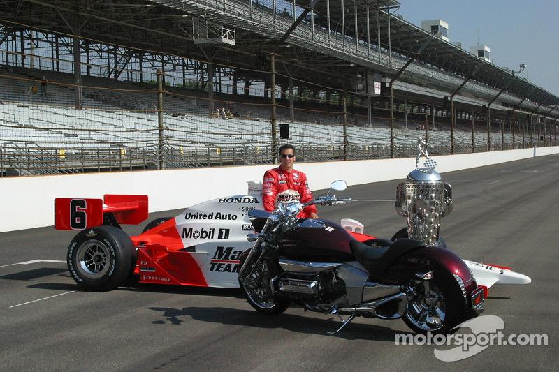 Sam Hornish Jr. Admire la nouvelle moto Honda