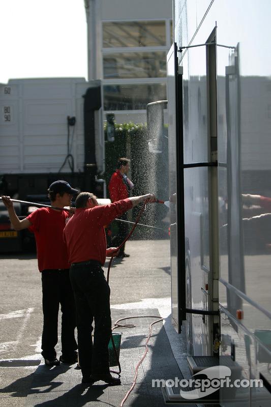 Les membres de l'équipe nettoient les camions