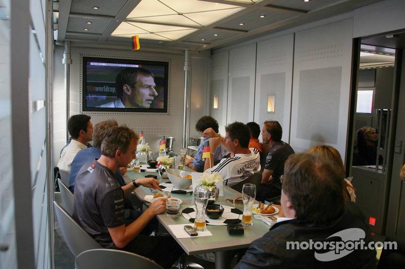 Equipo McLaren Mercedes observa a Alemania en la Copa del mundo