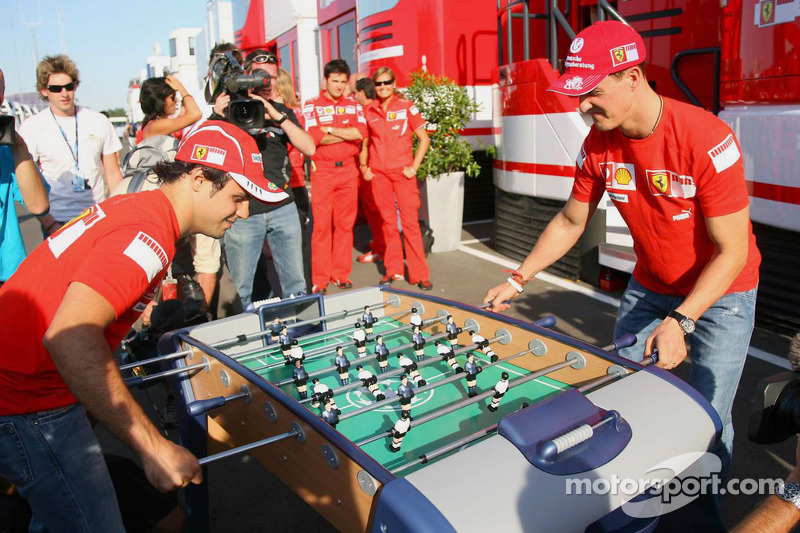 Michael Schumacher et Felipe Massa jouent au baby foot