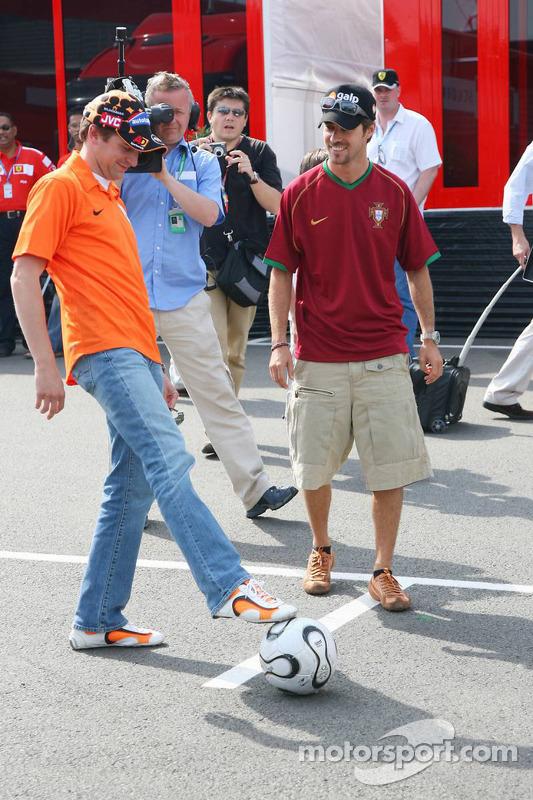 Christijan Albers et Tiago Monteiro jouent au football