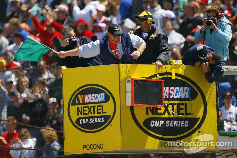 Mario Batalli agite le drapeau vert pour le départ de la NASCAR Nextel Cup Series Pocono 500