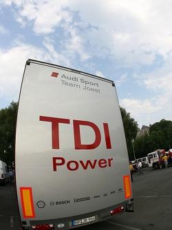 Le camion Audi Sport Team Joest arrive à l'inspection