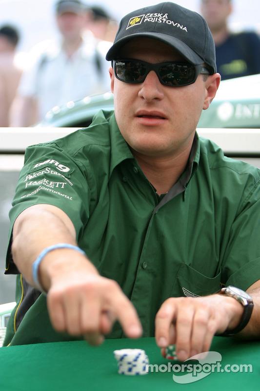 Les pilotes Aston Martin Racing apprennent à jouer au poker: Tomas Enge