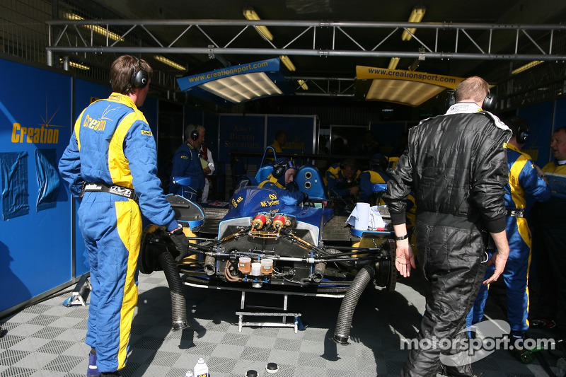 #9 Creation Autosportif Creation CA06/H Judd: Felipe Ortiz, Giuseppe Gabbiani, Jamie Campbell-Walter dans le garage