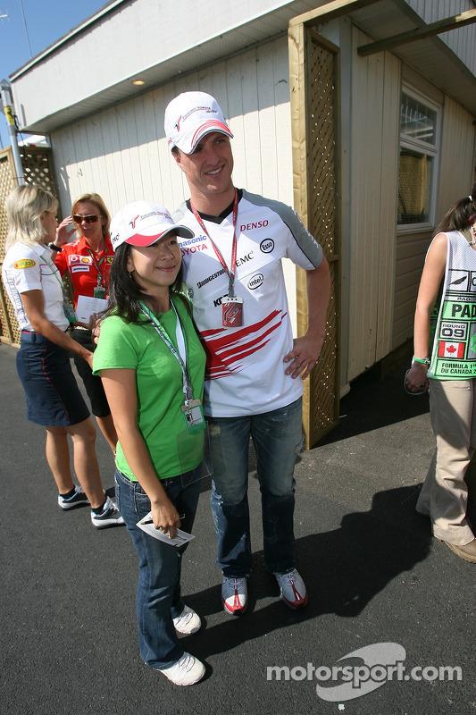 Ralf Schumacher pose avec un fan