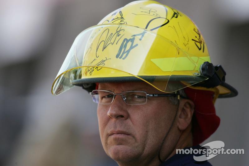 Un pompier avec son casque