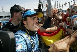 Fernando Alonso va rencontrer ses fans après sa victoire