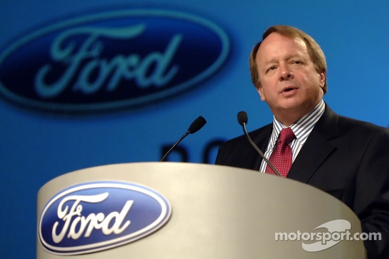 Edsel Ford participe à un pep rally d'employé à Ford World Headquarters