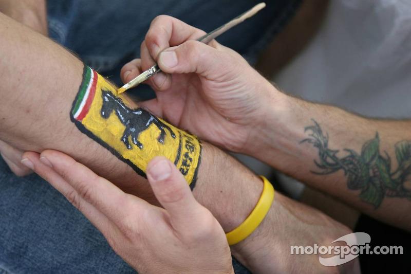 Des fans font du body painting sur le circuit