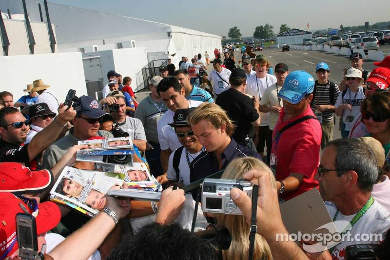 Nico Rosberg signent de nombreux autographes pour des fans