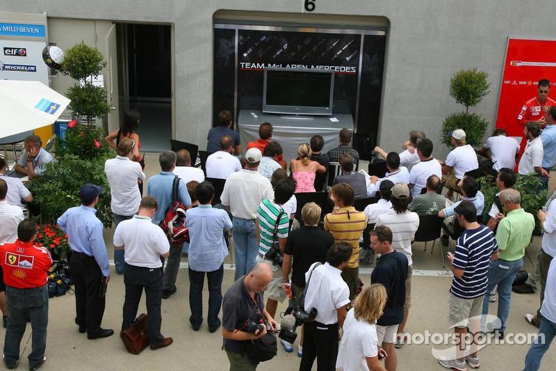 Des personnes dans le paddock regarde un match de la Coupe du monde, Allemagne vs Argentine