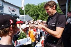 Bernd Schneider signe des autographes pour les fans