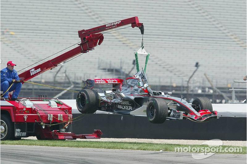 La voiture de Kimi Räikkönen est emmenée après l'accident du premier virage