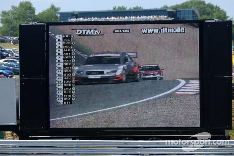 Des images de télévision en direct de la course DTM à côté de la piste