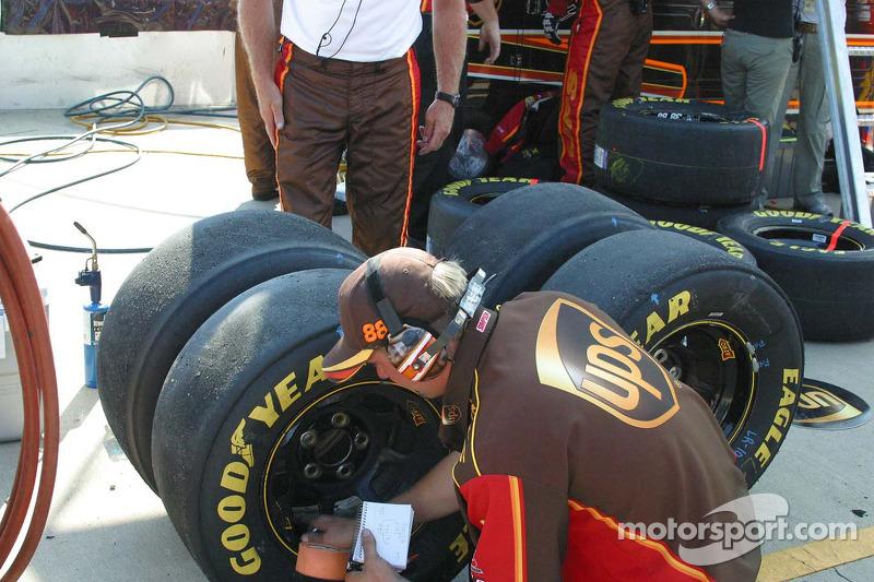 Un membre de l'équipe de Dale Jarrett vérifie la pression des pneus après un arrêt au stand
