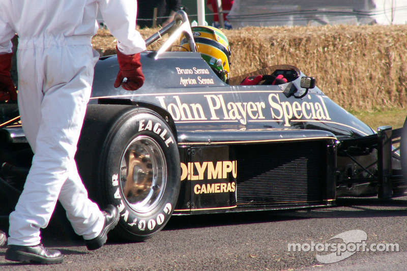 Bruno Senna conduit la Lotus Renault 97t