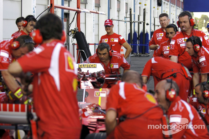 Michael Schumacher regarde un arrêt au stand de Ferrari