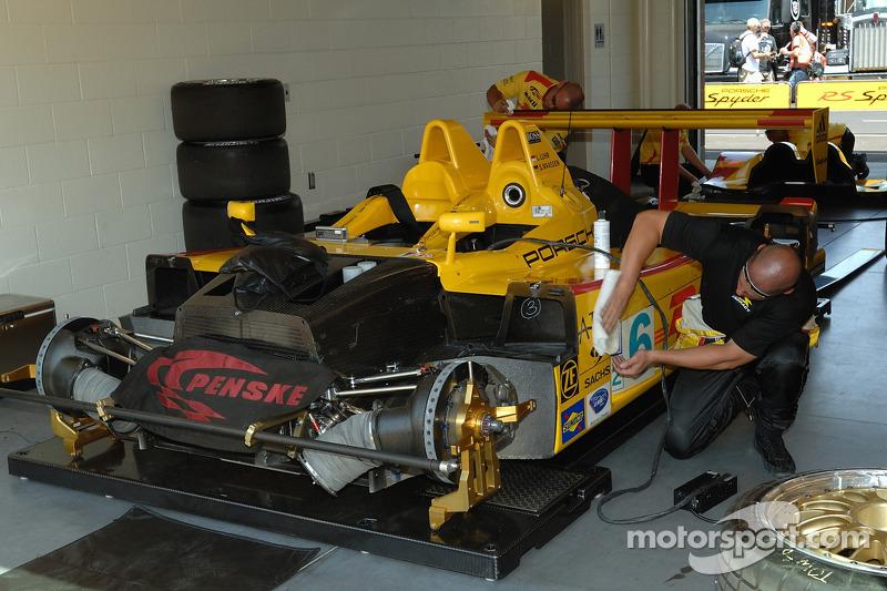Des techniciens de Penske Motorsports au travail