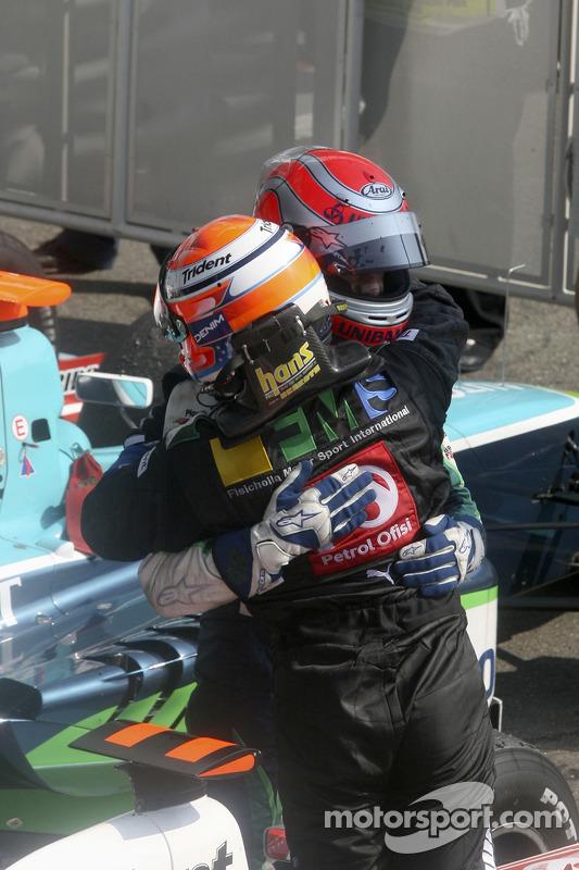 Giorgio Pantano célèbre sa victoire avec Nelson A. Piquet