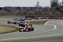 Start: Michael Schumacher leads the field