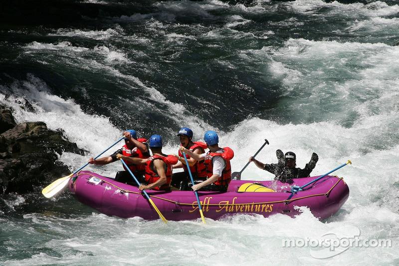 Plus d'action pour le bateau de rafting d'Aston Martin quand leur guide tombe à l'eau