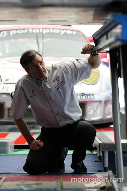 Un membre de l'équipe Flying Lizard Motorsports à l'inspection technique