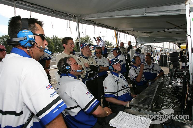 L'équipe Dyson Racing félicite Butch Leitzinger qui prend la pole position