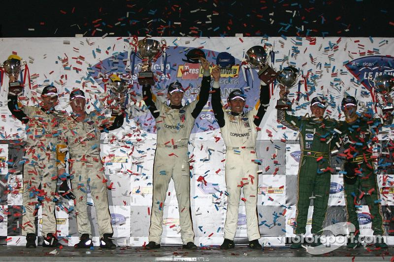 Podium LMGT1: les vainqueurs Oliver Gavin et Olivier Beretta, avec les deuxièmes Tomas Enge et Darren Turner, et les troisièmes Ron Fellows et Johnny O'Connell